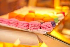 Tortas coloridas de los macarrones Fotos de archivo libres de regalías
