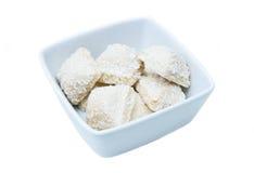 Tortas con el coco en un cuenco cuadrado Foto de archivo libre de regalías