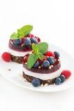 tortas con la jalea de fruta y las bayas frescas en una placa Imagenes de archivo
