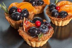 Tortas con las bayas y las frutas Foto de archivo libre de regalías