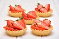 Tortas con las fresas frescas Foto de archivo libre de regalías