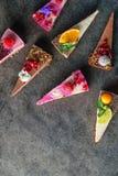 Tortas crudas del vegano con la fruta y las semillas, adornadas con la flor, fotografía del producto para la pastelería Foto de archivo libre de regalías