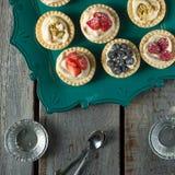 Tortas da baga na tabela de madeira Imagens de Stock Royalty Free