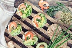 Tortas de arroz con el camarón y el queso cremoso Fotos de archivo libres de regalías