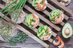 Tortas de arroz con el camarón y el queso cremoso Imágenes de archivo libres de regalías
