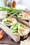 Tortas de arroz con el camarón y el queso cremoso Imagen de archivo