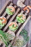 Tortas de arroz con el camarón y el queso cremoso Imagenes de archivo