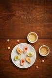 Tortas de arroz deliciosas del mochi en la placa blanca, tazas de la porcelana con g Fotos de archivo libres de regalías