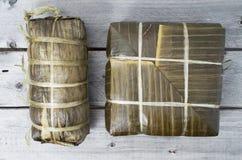 Tortas de arroz pegajosas cuadradas y cilíndricas cocinadas Imagen de archivo
