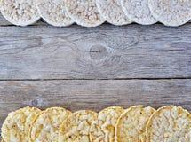 Tortas de arroz redondas y tortas de maíz en la tabla de madera Fotos de archivo libres de regalías