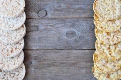 Tortas de arroz redondas y tortas de maíz en la tabla de madera Fotografía de archivo