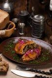 Tortas de carne, sobre uma cebola vermelha e um molho Foto de Stock