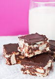 Tortas de chocolate con el vidrio de leche Fotos de archivo libres de regalías