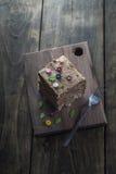 Tortas de chocolate deliciosas en la tabla Fotografía de archivo libre de regalías