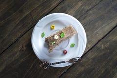 Tortas de chocolate deliciosas en la tabla Imagen de archivo