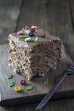 Tortas de chocolate deliciosas en la tabla Foto de archivo