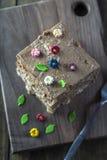 Tortas de chocolate deliciosas en la tabla Foto de archivo libre de regalías