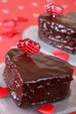 Tortas de chocolate en forma de corazón con los contactos del corazón Imagen de archivo libre de regalías