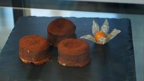 Tortas de chocolate en la exhibición negra de una tienda de pasteles Imagen de archivo