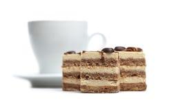 Tortas de chocolate y una taza de café caliente Foto de archivo libre de regalías