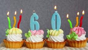 60 tortas de cumpleaños felices y velas azules de los números metrajes