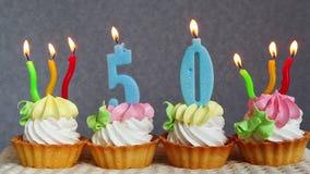 50 tortas de cumpleaños felices y velas azules de los números metrajes