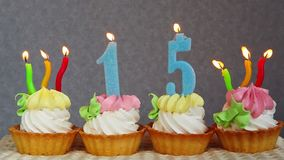 15 tortas de cumpleaños felices y velas azules de los números metrajes