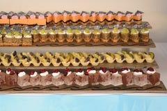 Tortas de diversas clases con las nueces, las frutas, el turrón y el chocolate Fotos de archivo libres de regalías