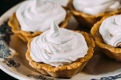 Tortas de la crema de huevo blanco en tartlets fotos de archivo