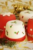 Tortas de la Navidad adornadas con la pasta de azúcar Foto de archivo