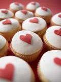 Tortas de la taza de la tarjeta del día de San Valentín Fotos de archivo libres de regalías
