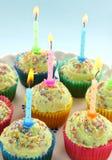 Tortas de la taza de la vela del cumpleaños Imagen de archivo libre de regalías