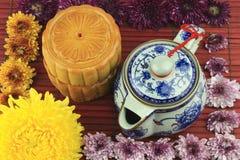Tortas de luna y crisol del té en las esteras de bambú Imágenes de archivo libres de regalías