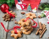 Tortas de miel con las especias en un fondo de madera Compos de la Navidad Imagen de archivo