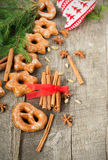 Tortas de miel con las especias en un fondo de madera Compos de la Navidad Fotografía de archivo libre de regalías