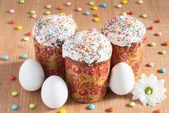 Tortas de Pascua y huevos blancos Imagenes de archivo