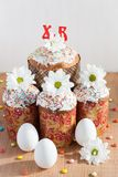 Tortas de Pascua y huevos blancos foto de archivo
