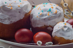 Tortas de Pascua y huevos pintados en un disco Con las ramas del sauce Imágenes de archivo libres de regalías