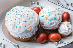 Tortas de Pascua y huevos pintados en un disco Con las ramitas del sauce Imagen de archivo libre de regalías