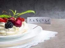 Tortas de Pavlova con la crema y las bayas frescas del verano, zarzamora, fresa, cereza, pasa, hoja de la menta, espacio de la co imágenes de archivo libres de regalías