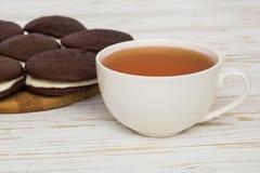 Tortas de Whoopie e um copo do chá Imagens de Stock