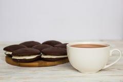 Tortas de Whoopie e um copo do chá Imagens de Stock Royalty Free