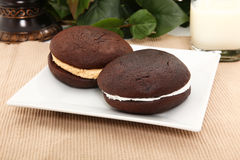 Tortas de Whoopie na placa fotos de stock royalty free