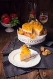 Tortas deliciosas con el Physalis, las manzanas frescas y la crema Imagen de archivo
