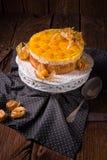 Tortas deliciosas con el Physalis, las manzanas frescas y la crema Foto de archivo libre de regalías