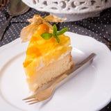 Tortas deliciosas con el Physalis, las manzanas frescas y la crema Imágenes de archivo libres de regalías