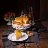 Tortas deliciosas con el Physalis, las manzanas frescas y la crema Foto de archivo