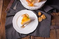 Tortas deliciosas con el Physalis, las manzanas frescas y la crema Fotografía de archivo libre de regalías