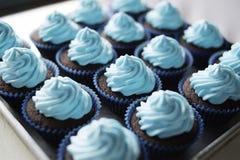 Tortas deliciosas dulces recientemente cocidas de la taza fotos de archivo