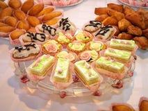 Tortas deliciosas en la tabla Foto de archivo libre de regalías